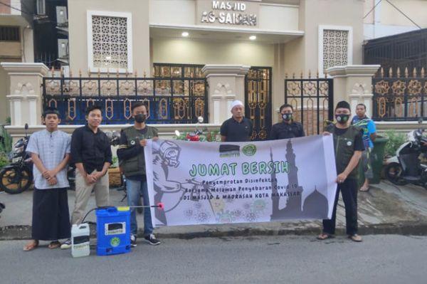 Rumah Gurutta Bagi Sembako ke Warga dan Lakukan Penyemprotan Disinfektan Masjid