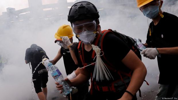 Hong Kong: Protesters block seat of government, delaying extradition bill reading