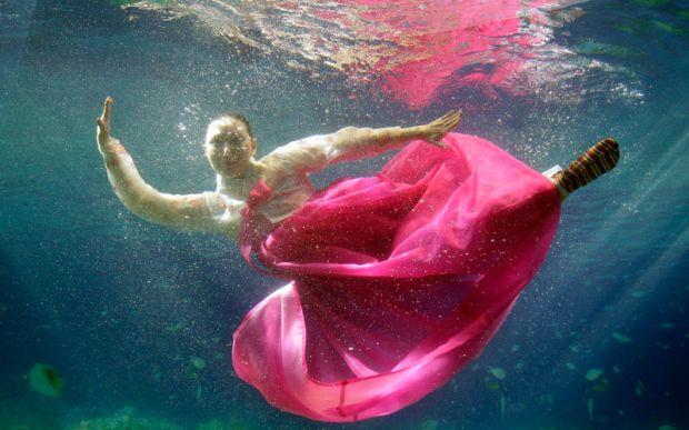 Fashion Show Antimainstream, Dari Bawah Laut Sampai Luar Angkasa
