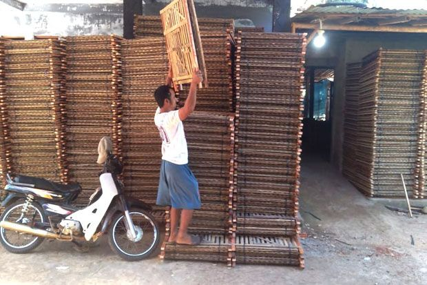 Menyisik Uang Daring Dari Sekotak Kandang Bambu