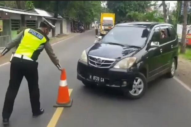 Polisi Hadang Pemudik di Perbatasan Jatim-Jateng