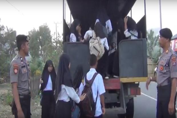 Demi Anak Sekolah di Desa Tak Terlambat, AKP Idham Rela Jemput Pakai Truk Dalmas