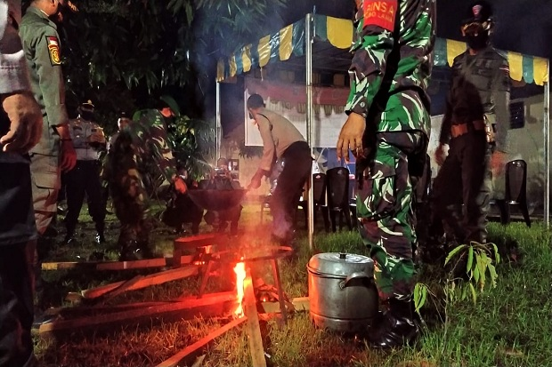 TNI-Polri di Lingga Dirikan Dapur Umum Bagikan Makan Sahur ke Warga