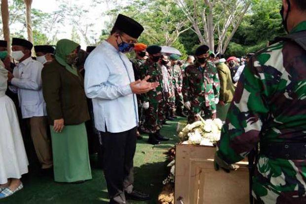 Prabowo dan Anies Antarkan Djoko Santoso ke Peristirahatan Terakhir