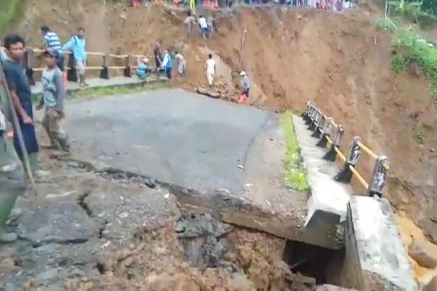 Sungai Ciberang Lebak Meluap, Puluhan Rumah Terendam dan Jembatan Ambruk
