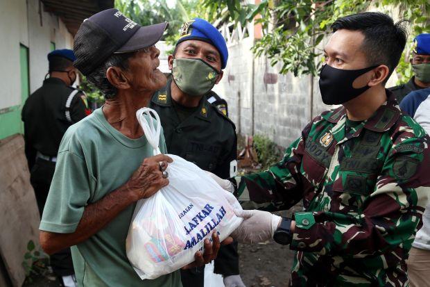 Ketuk Pintu Rumah Pemulung, Denpom V/4 Surabaya Bagikan Sembako