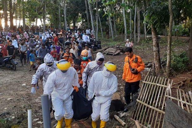 Kenakan APD, Tim SAR Evakuasi Jasad ABG yang Tenggelam di Tangerang