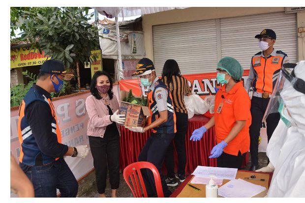 Ketua K3S Denpasar Beri Vitamin pada Petugas di Pos Pintu Masuk Denpasar