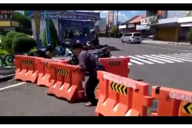 Depresi, Pria Paruh Baya Bongkar Barikade Penyekat Jalan di Wonosobo