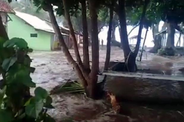 Gelombang Tinggi, Banjir Rob Terjang Pantai Selatan Tasikmalaya sejak Lebaran