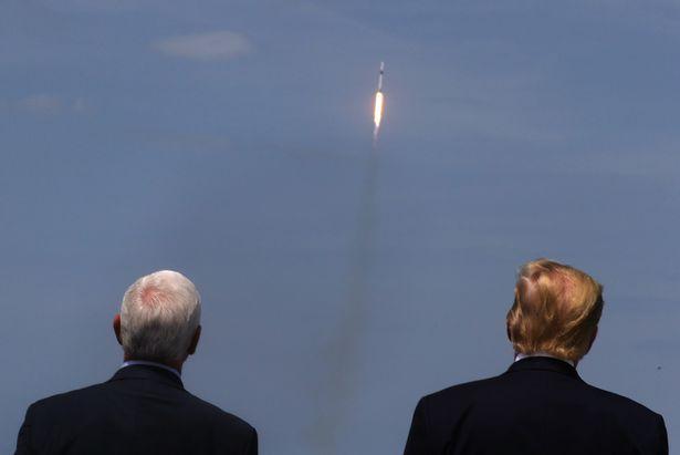 Detik-Detik saat Falcon 9 Melesatkan 2 Astronot ke Antariksa