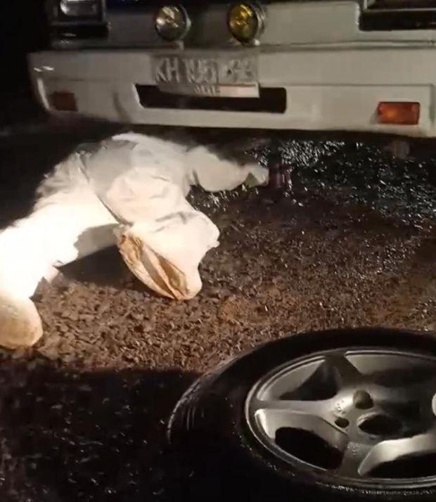 Viral, Tenaga Kesehatan Berpakaian Hazmat Ganti Ban Ambulans Bocor