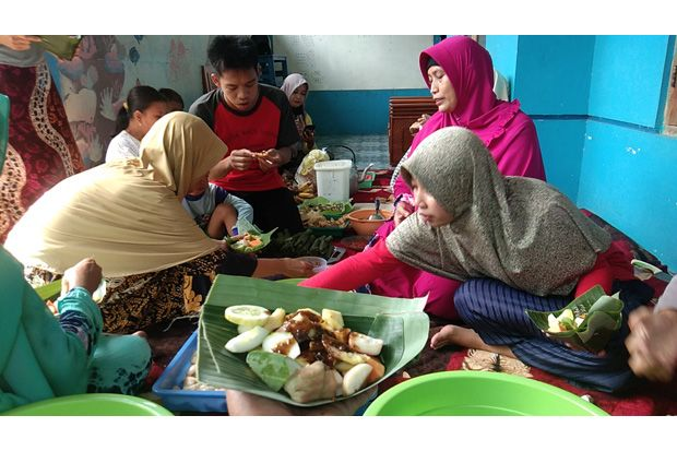 Tradisi Syawalan, Warga Makan Lontong Lodeh dan Lotisan Bersama