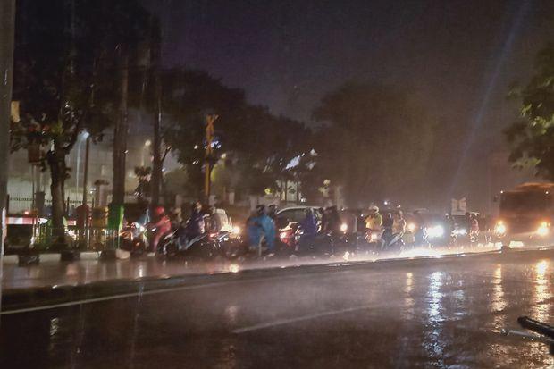 Hujan Ringan Basahi Jakarta Malam Nanti