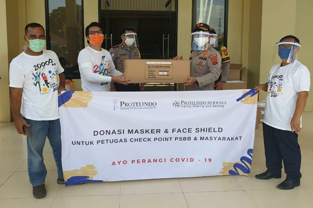 Protelindo Bagikan Ribuan Masker dan Face Shield untuk Petugas Check Point PSBB
