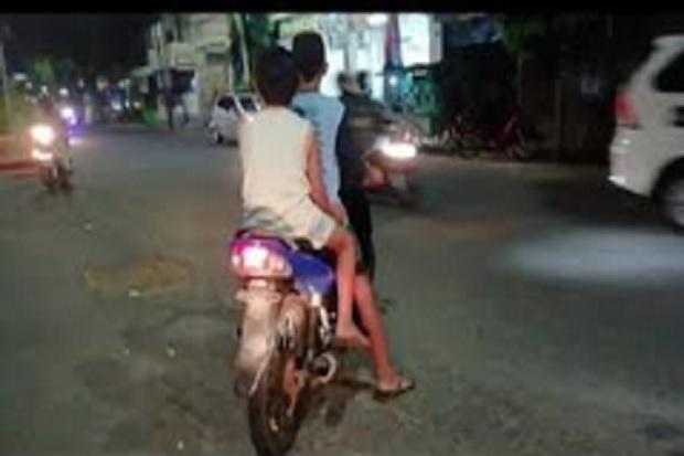 Duh, Tanpa Helm dan Masker Bocah Belia Bebas Kendarai Motor di Jalan Raya