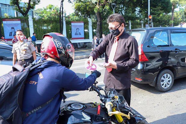 Menteri Tjahjo Kumolo Turun ke Jalan Sudirman Bagikan Masker untuk Pengendara