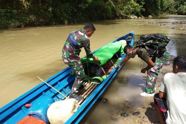 Satgas Yonif R-641/Bru Arungi Sungai 6 Jam Evakuasi Lansia Stroke