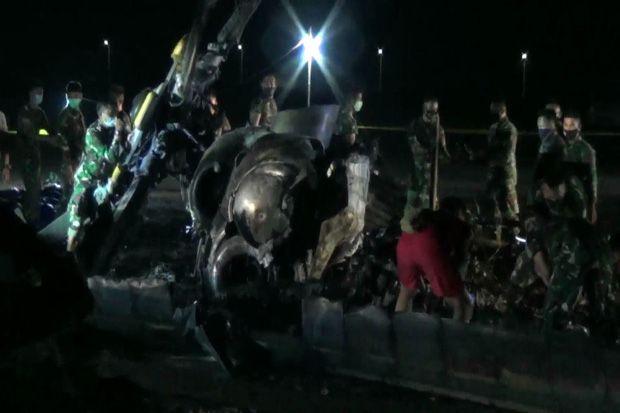 Bangkai Helikopter Jatuh Dipotong-Potong, Dievakuasi dengan Lima Truk