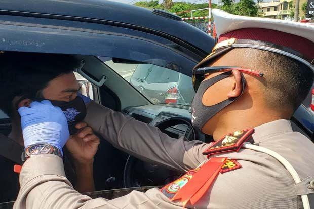 Satlantas Polrestro Depok Bagikan Ratusan Masker untuk Pengendara