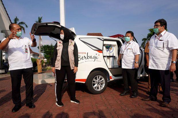 Jinakkan COVID-19, TMMIN Serahkan Kijang Innova Ambulance ke Pemkab Karawang