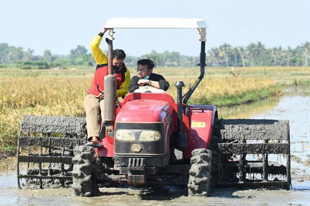 Mentan Serahkan KUR hingga Rp500 Juta Per Konstraling di Cilacap