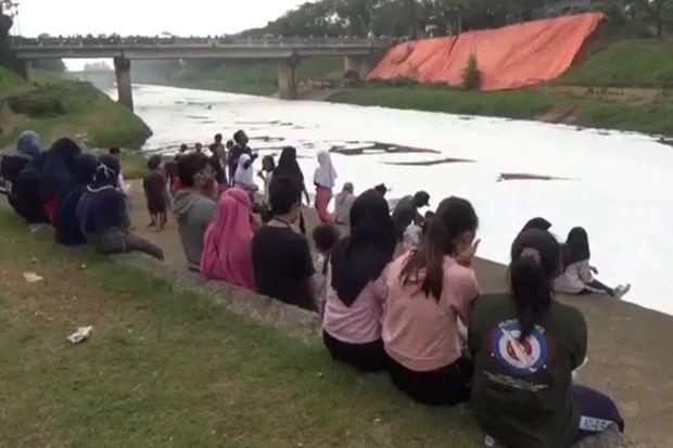 Limbah Busa Putih Banjiri Aliran Kanal Banjir Timur