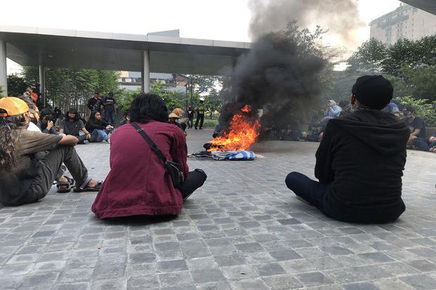 Aksi Demo, Mahasiswa Gunadarma Depok Bakar Ban di Depan Kampus