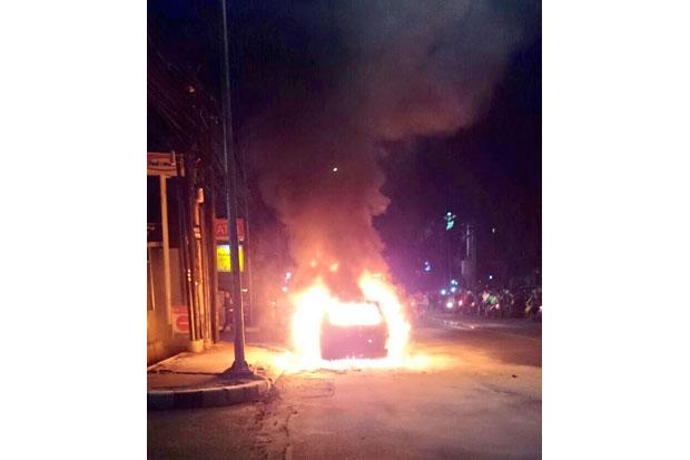 Sebuah Mobil Terbakar di Tol JORR Arah Cakung