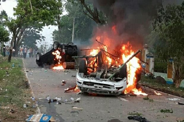 Kerusuhan di Madina, Kemarahan Warga Meluap 2 Mobil Dibakar