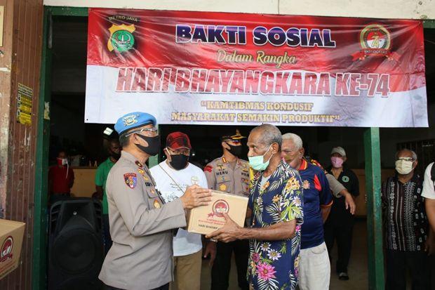 HUT Bhayangkara ke-74, Perantau Asal Papua Terima Bantuan Sembako