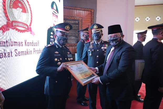 Hadiri HUT ke-74 Bhayangkara, Bupati Muba DRA Beri Penghargaan Polisi Berprestasi