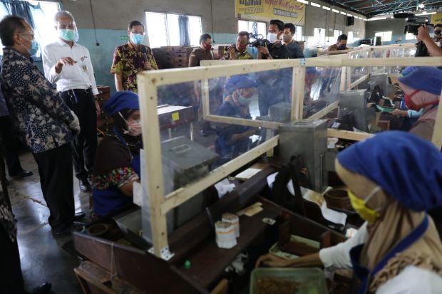 Cerita Karyawan Pabrik Miliki 17 Masker Dihadiahi Gubernur Jateng Rp500.000