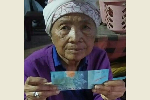Duh Keterlaluan, Nenek Penjual Canang di Bali Dibayar Uang Mainan