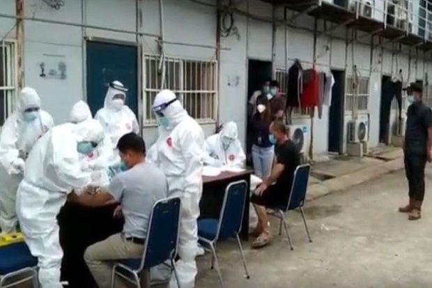 105 TKA China Gelombang ke-2 Jalani Rapid Test di Tempat Isolasi