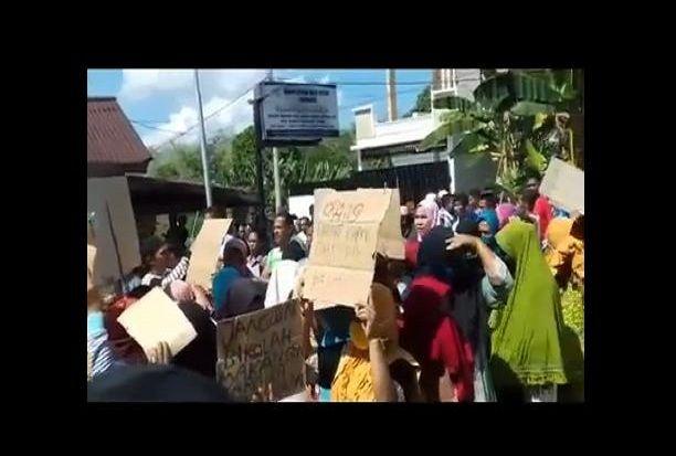 Tuntut Pembagian BLT, Emak-emak di Bungo Demo Kades