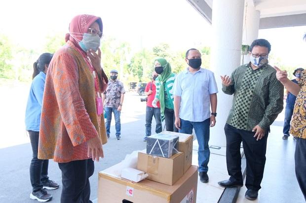 PT HM Sampoerna Bantu Alat PCR, Risma Langsung Kirim ke Labkesda