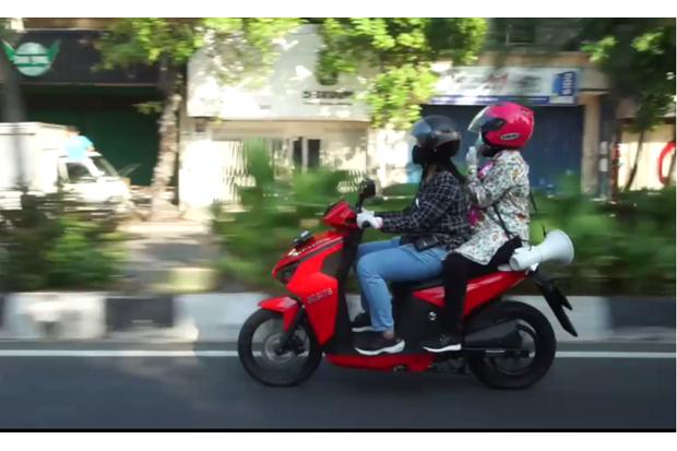 Keliling Pakai Motor, Risma Tegur Warga Tak Pakai Masker