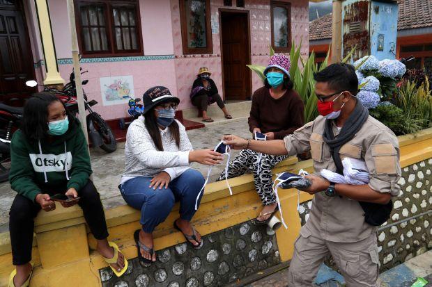 Jelang Yadnya Kasada, Gubernur Khofifah Bagikan Ribuan Masker di Tengger