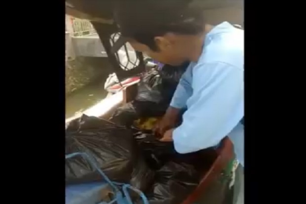 Tertangkap Tangan Oknum Kelurahan Jual Sembako Bansos COVID-19