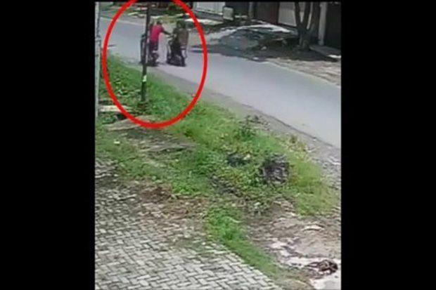 Aksi Jambret Terekam CCTV, Korban Ibu dan Anak Terjatuh dari Motor