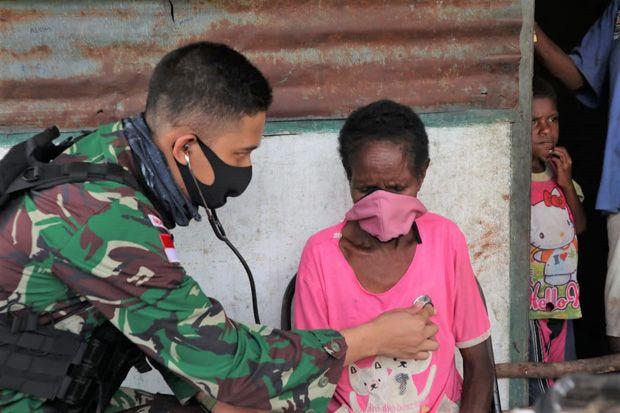 Peduli Kesehatan Warga, Dokter Satgas 754 Kostrad Keliling Kampung Nayaro Papua