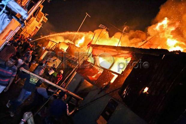 Kebakaran di Tebet, Belasan Mobil Damkar Dikerahkan