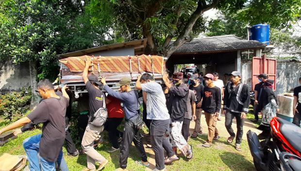 Pendiam dan Sangat Dekat dengan Adik, Isak Tangis Keluarga Iringi Pemakaman Yodi Prabowo