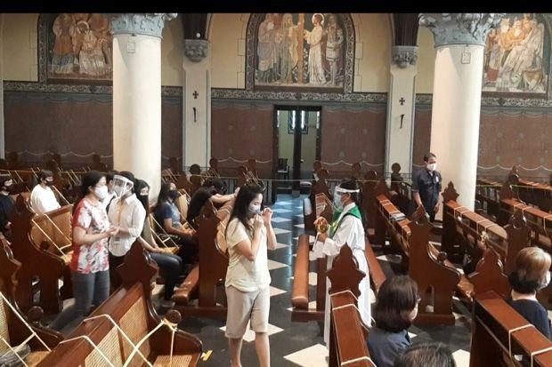 Cegah Covid-19, Hanya 20% Umat yang Ikuti Misa di Gereja Katedral