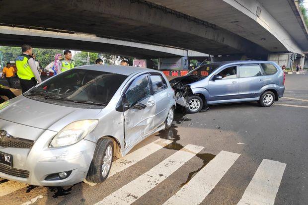 Terobos Lampu Merah di Mampang, Dua Mobil Saling Bertabrakan