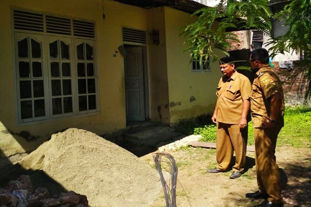 Instruksi Wali Kota, Camat Banda Raya Langsung Bangun MCK Rumah Nek Khairani