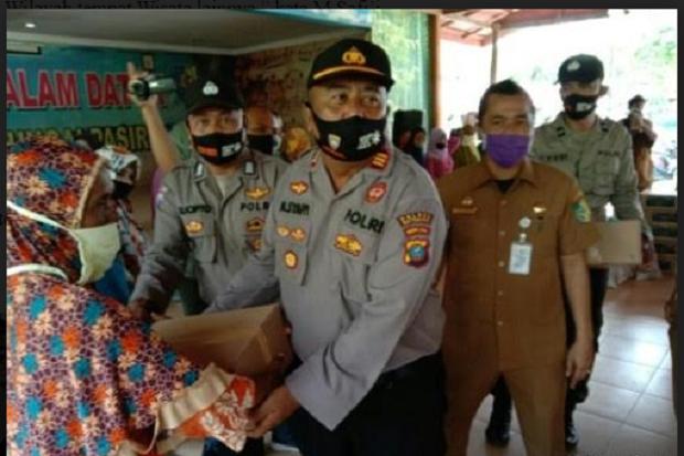Polres Batubara dan Dinas Pariwisata Bagikan Bantuan Paket Sembako
