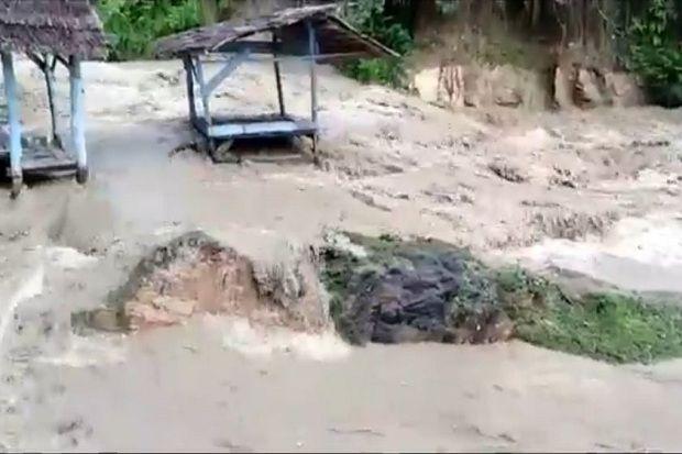 Mengerikan Banjir Bandang Disertai Kayu Gelondongan Hantam Objek Wisata