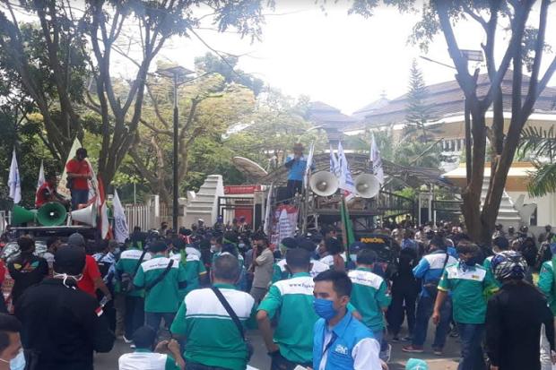 Tolak RUU Omnibus Law, Ratusan Buruh Blokade Jalan di Banten